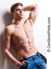 stehende , mann, besitz, wand, junger, muskulös, grau, tasche, während, gegen, hintergrund, lehnend, masculinity., hand, wahr, hübsch