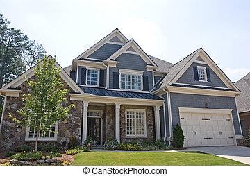 Stein und graues Haus