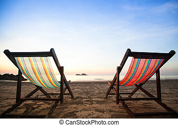 Strandstühle an der Küste.