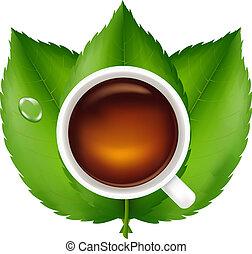 Tasse mit Tee und grünen Blättern