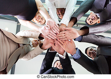 Unter dem Blickwinkel von Geschäftsleuten, die zusammenhalten