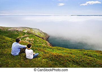 Vater und Sohn an der Meeresküste