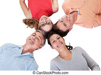 Vier Freunde, die sich mit ihren Köpfen zusammen stellen