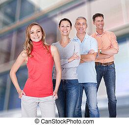 Vier Geschäftspartner in lässigen Kleidern.
