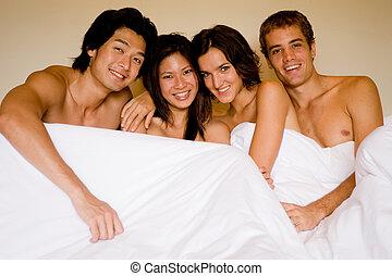 Vier in einem Bett.