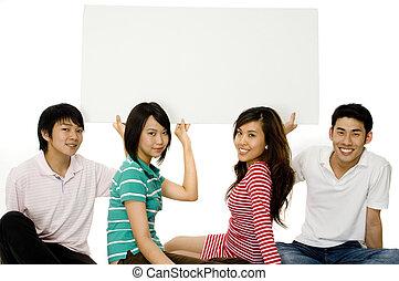 Vier junge Erwachsene mit Schild