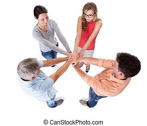 Vier lockere Freunde mittleren Alters halten Händchen