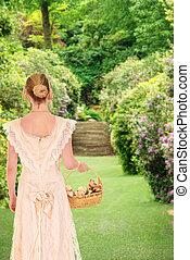 Viktorianische Frau, die im Garten spazieren geht.