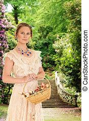 Viktorianische Frau im Garten mit Rose.