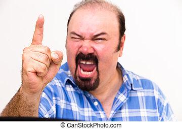 Wütender Mann mittleren Alters schreit und bedroht
