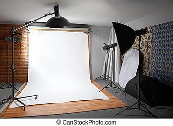 Weißer Hintergrund im Studio - dunkler Raum erleuchtete große Lampen und Scheinwerfer