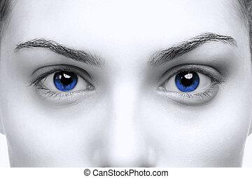 Weibliche blaue Augen