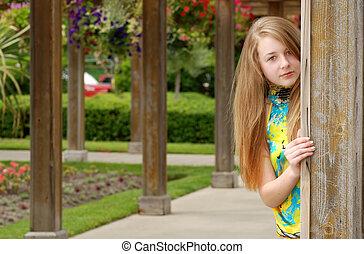 Weibliche Teenager im Garten.