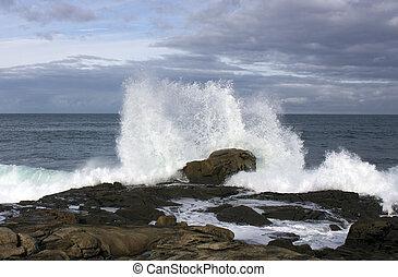 Wellen an der Küste mit Gewalt