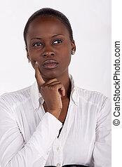 Wunderschöne südafrikanische Frau mit einem aufmerksamen Ausdruck