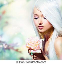 Wunderschönes Frühlingsmädchen mit Rosenblüte. Fantasy
