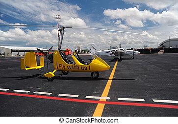 Yellowgyroplane im internationalen Flughafen.