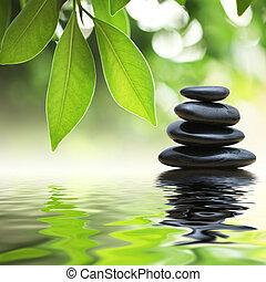 Zen-Steine Pyramide auf der Wasseroberfläche