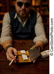 zigarette, sonnenbrille, mann, reisekoffer, ernst, hält