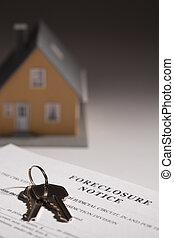 Zwangsräumung, Hausschlüssel und Modellhaus mit punktuellem Hintergrund.