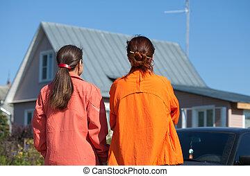 Zwei Frauen sehen neu aus