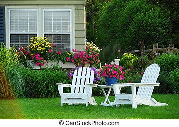 Zwei Gartenstühle.
