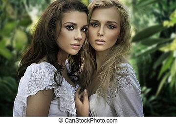 Zwei junge Schönheiten
