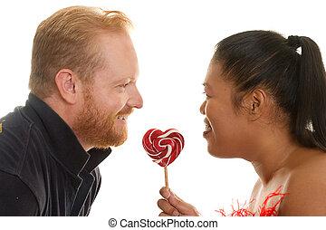 Zwei Menschen teilen sich Süßigkeiten