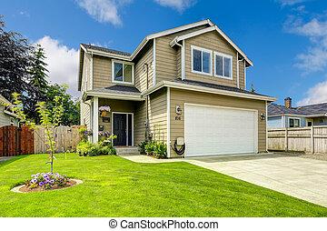 Zwei Story House Außen mit Vorgartenlandschaft.